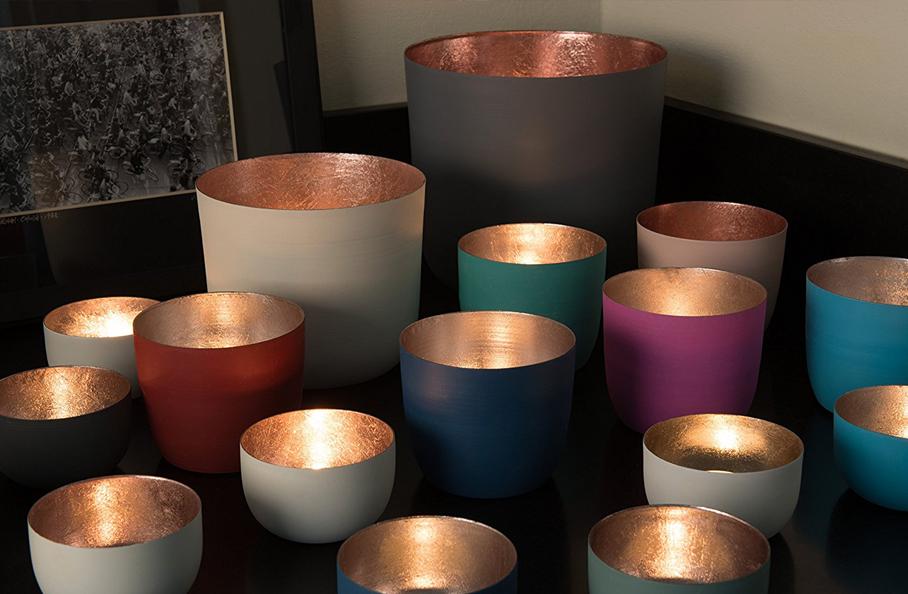 Bunte Schalen mit Kupferglasur innen bringen Kerzenlicht gut zur Geltung