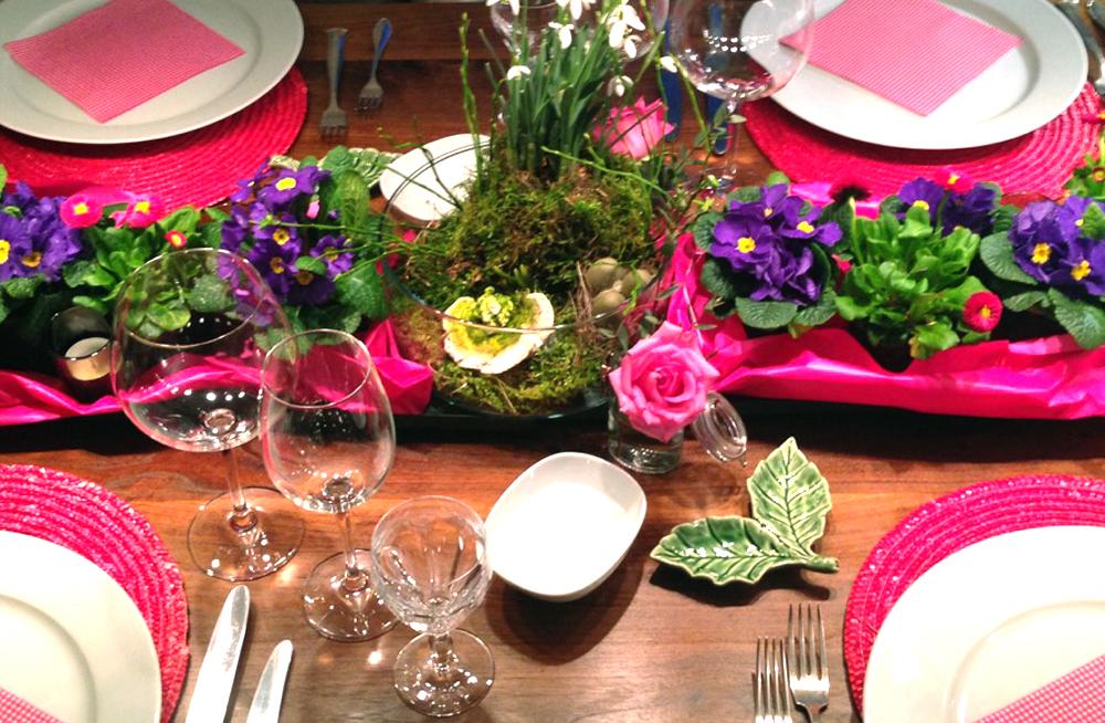 Der Gedeckte Tisch Im Fruhling Ist Farbenfroh Mit Vielen Blumen