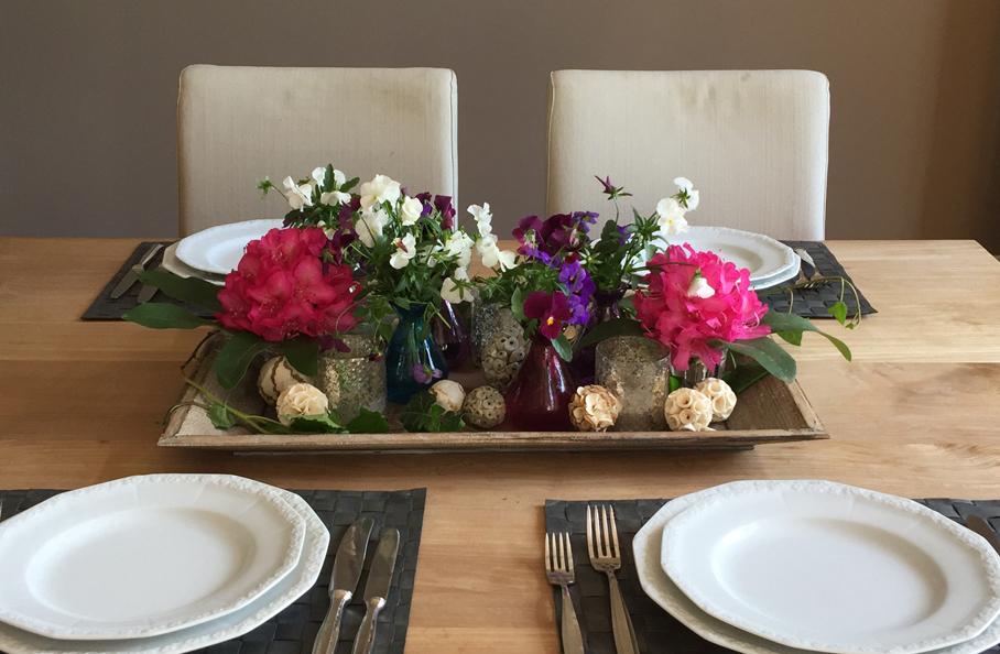 Farben Auf Den Esstisch Mit Bunten Blumen Und Einer Tablett Deko