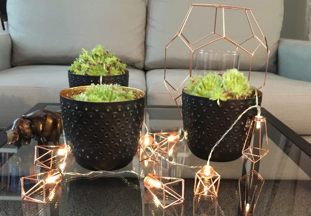 ein sofatisch mit kupfer deko sorgt in der kalten jahreszeit f r glanz. Black Bedroom Furniture Sets. Home Design Ideas