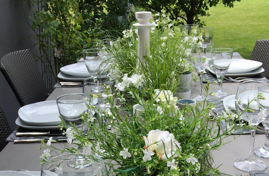 Grun Weisse Tisch Deko Mit Blumen Und Origami Fur Den Sommer