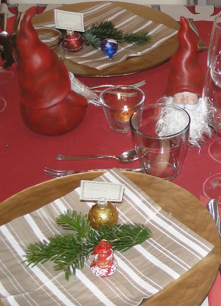 ein weihnachtstisch in rot sieht einladend und festlich aus. Black Bedroom Furniture Sets. Home Design Ideas