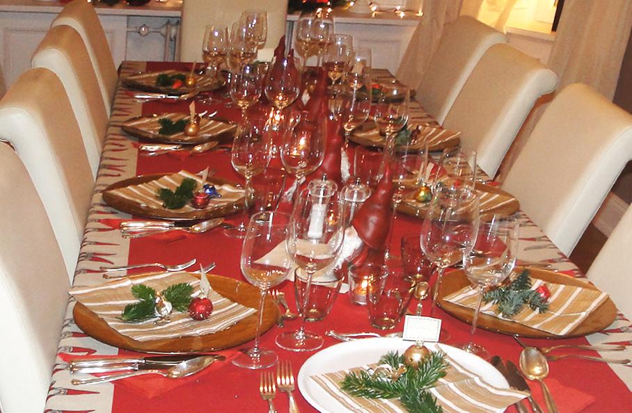 Ein Weihnachtstisch In Rot Sieht Einladend Und Festlich Aus
