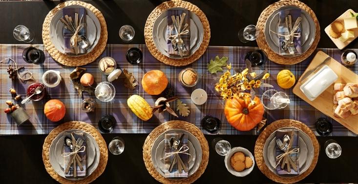 Tischdeko schwarz orange Kürbisse auf einer schwarzen Tischdecke.