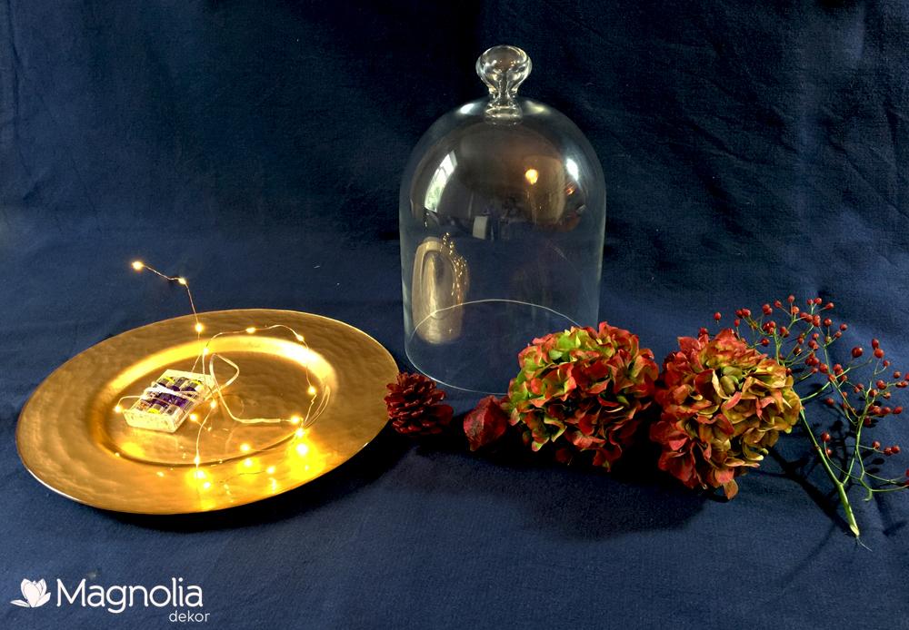 Herbstliche Tischdeko unter einer Glasglocke mit Hortensien