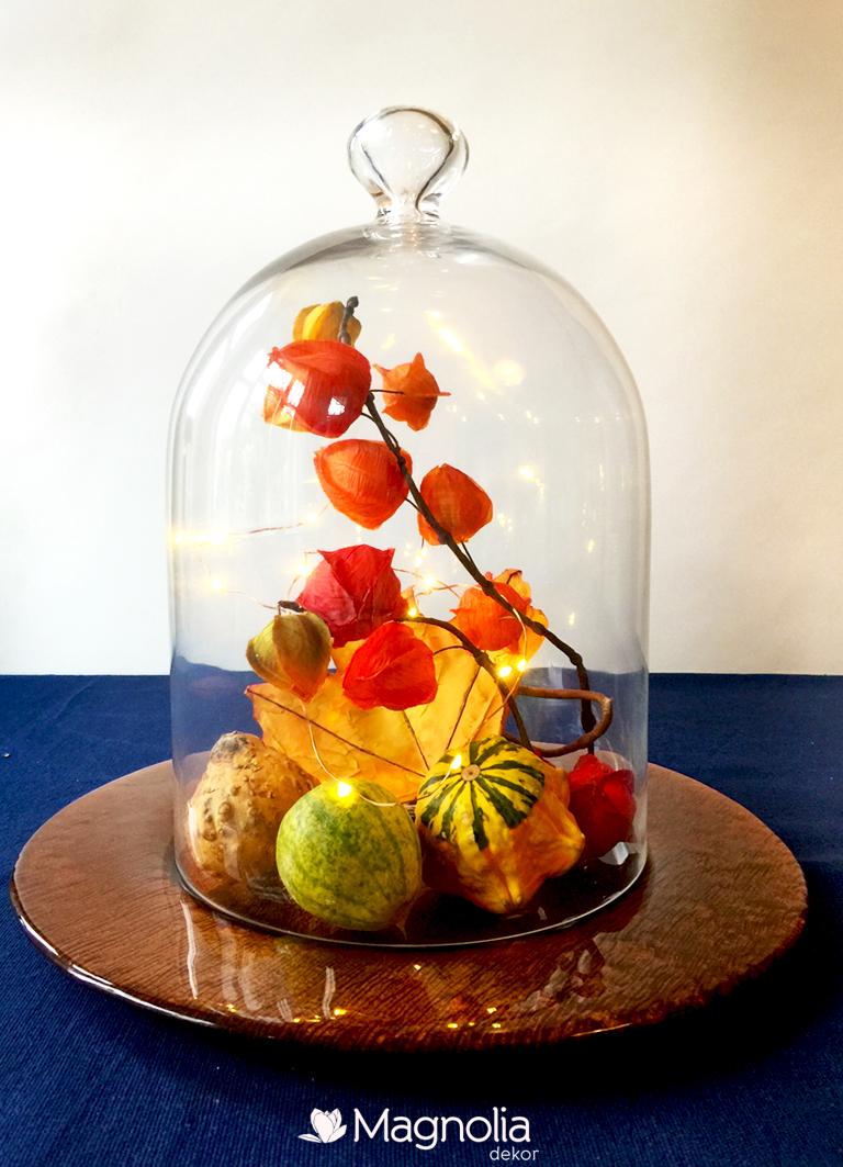 Herbstliche Tischdeko unter einer Glasglocke