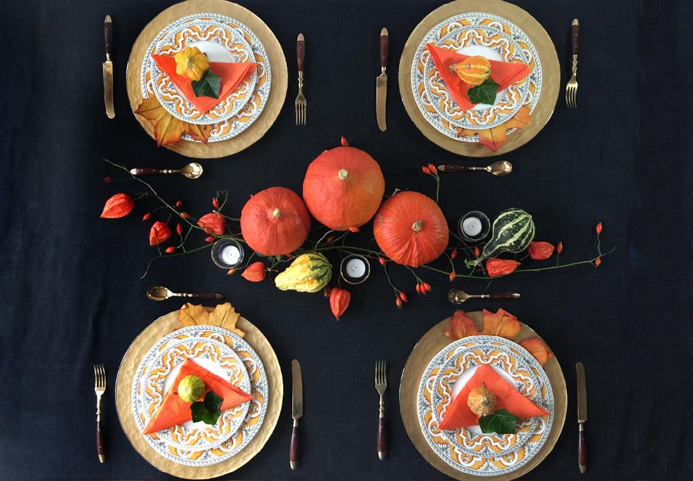 Herbstliche Tischdeko in Orange und Schwarz. Kuerbis Lampionblumen Lichterketten