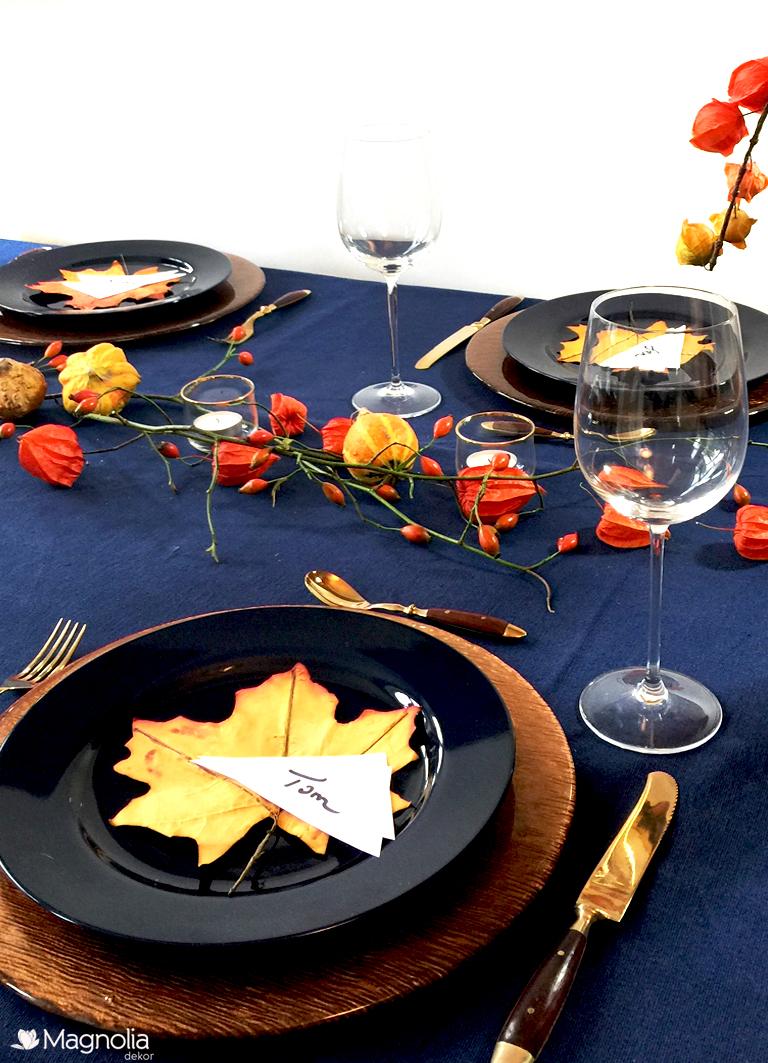 Goldene Platzteller auf einer blauen Leinendecke - Herbstliche Tischdeko blau-orange