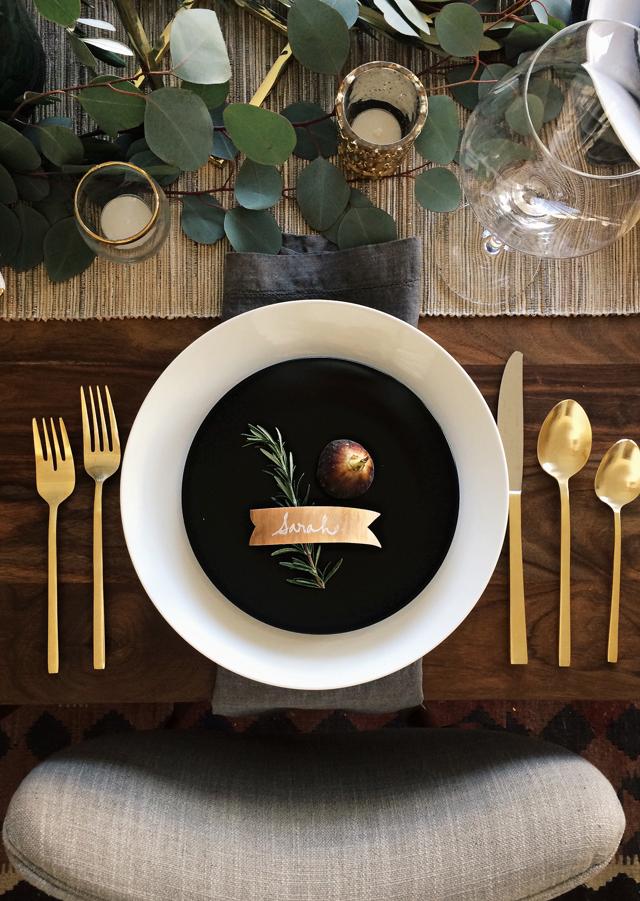 Schwarz Gold Tischdeko. Goldenes Besteck ist der Trend