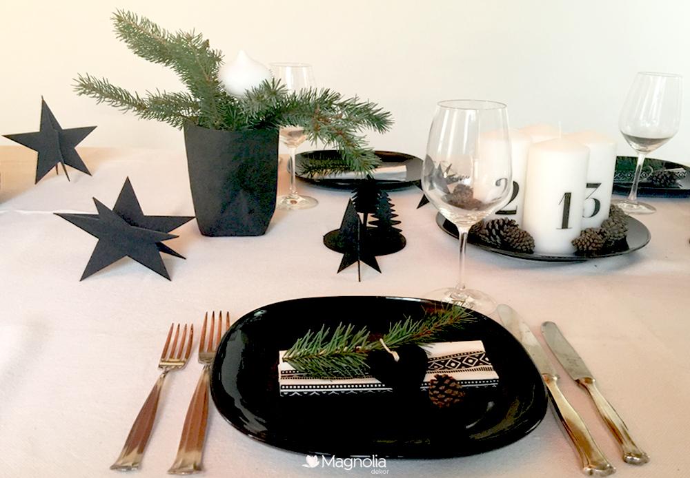 Weihnachtliche Tischdeko in Schwarz-Weiß Adventskerzen mit Zahlen