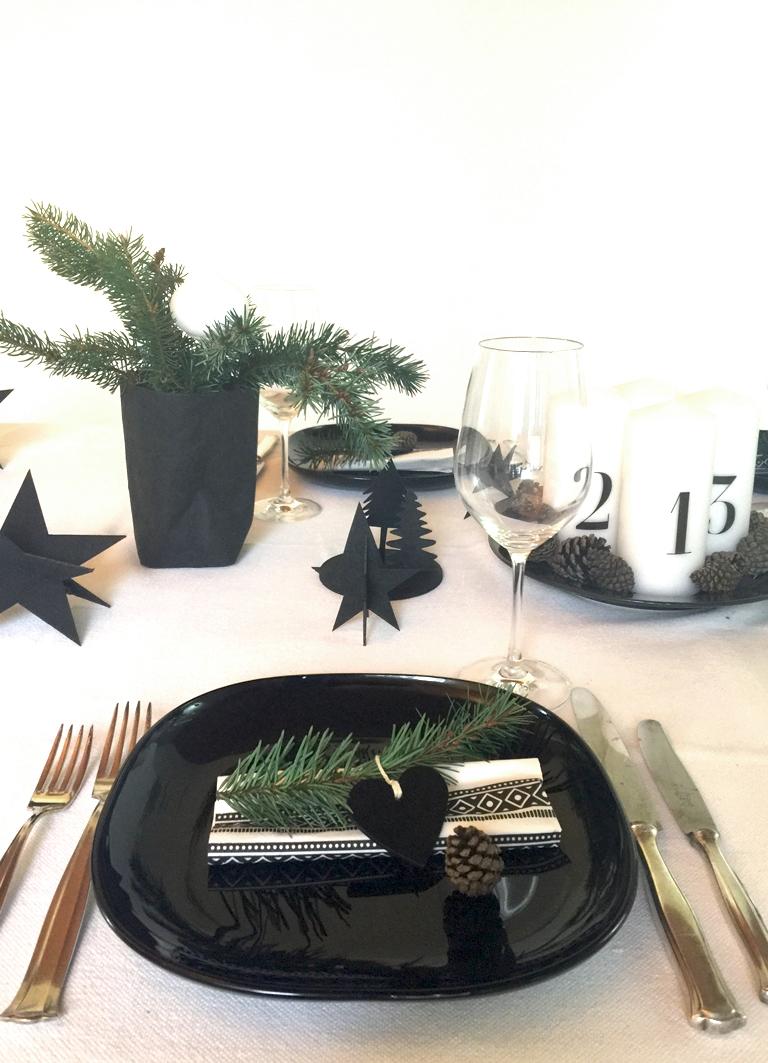 weihnachtliche tischdeko in schwarz wei ist puristisch und edel. Black Bedroom Furniture Sets. Home Design Ideas
