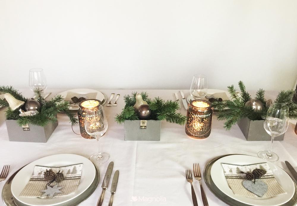 Weihnachtliche Tischdeko von der natur inspiriert mit sanften Tönen in grau, silber und weiss
