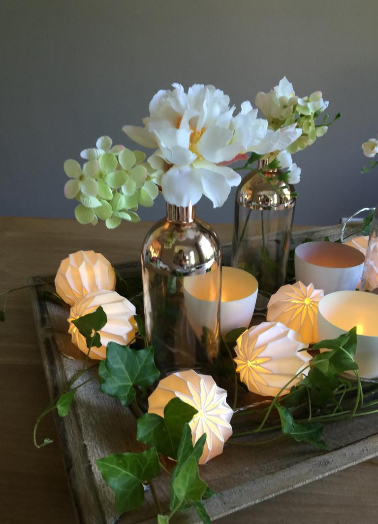 Blickfang auf dem Tisch mit einer Origami Lichterkette - Tischdeko Idee auf einem Holztablett von Magnolia Dekor