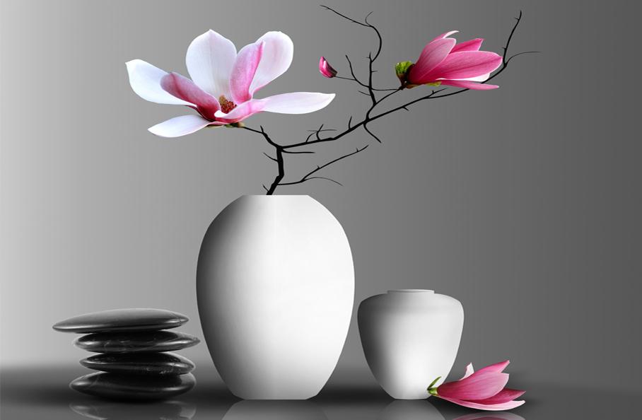 In einer schlichten weißen Vase kommt ein Magnolienzweig gut zur Geltung