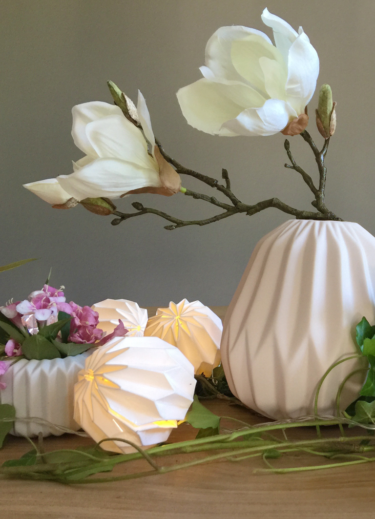 Esstisch im Origami Look - Tischdeko mit Magnolie, Lichterketten und Efeu - selbermachen