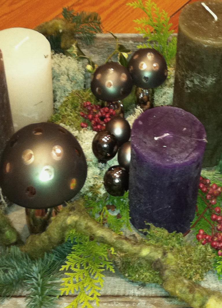 Statt Adventskranz: Weihnachts-Deko auf dem Tablett