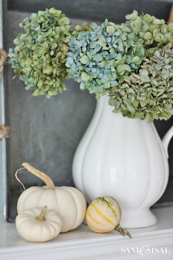 Blumenstrauss Hortensien getrocknet Landhausstil Kürbisse weiss