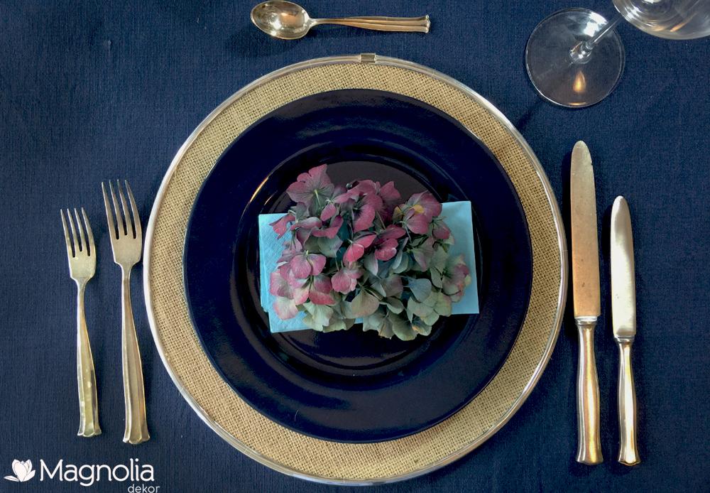 Tischdeko im Herbst in dunkelblau mit Hortensien