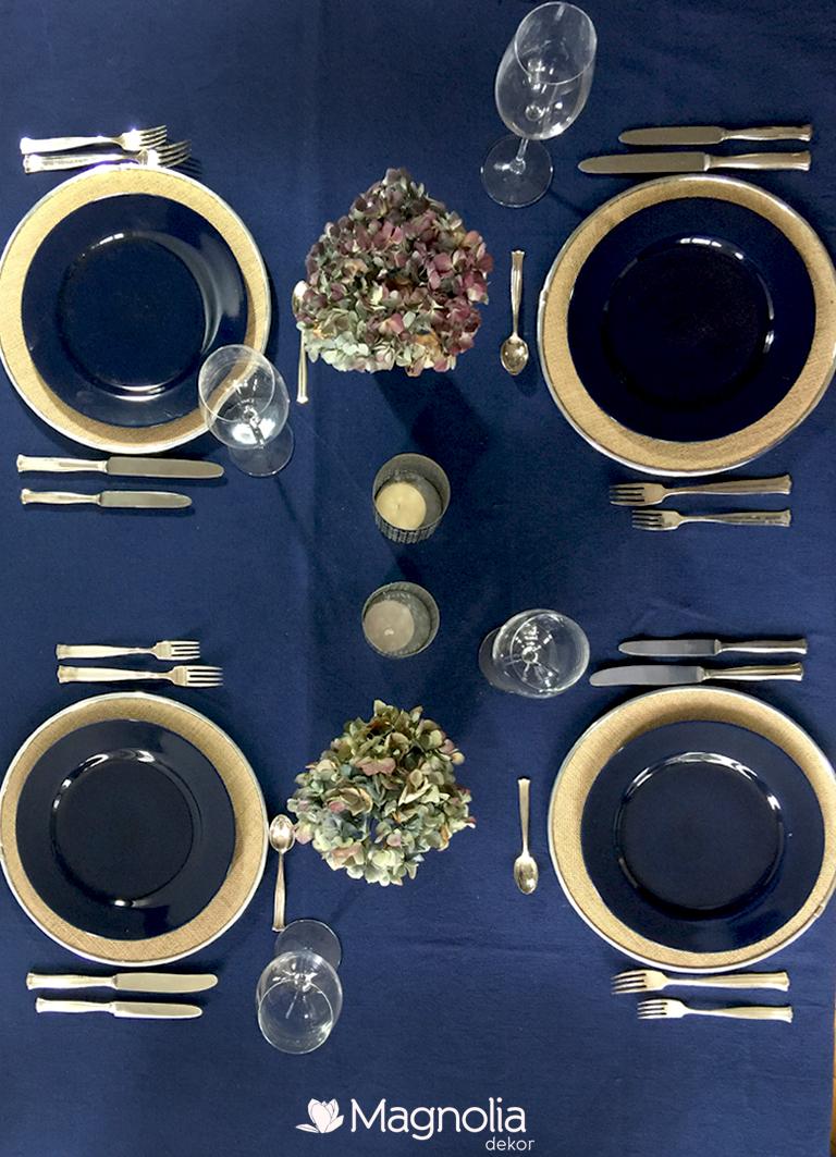 Tischdeko im Herbst in dunkelblau auf Platzteller aus Leinen